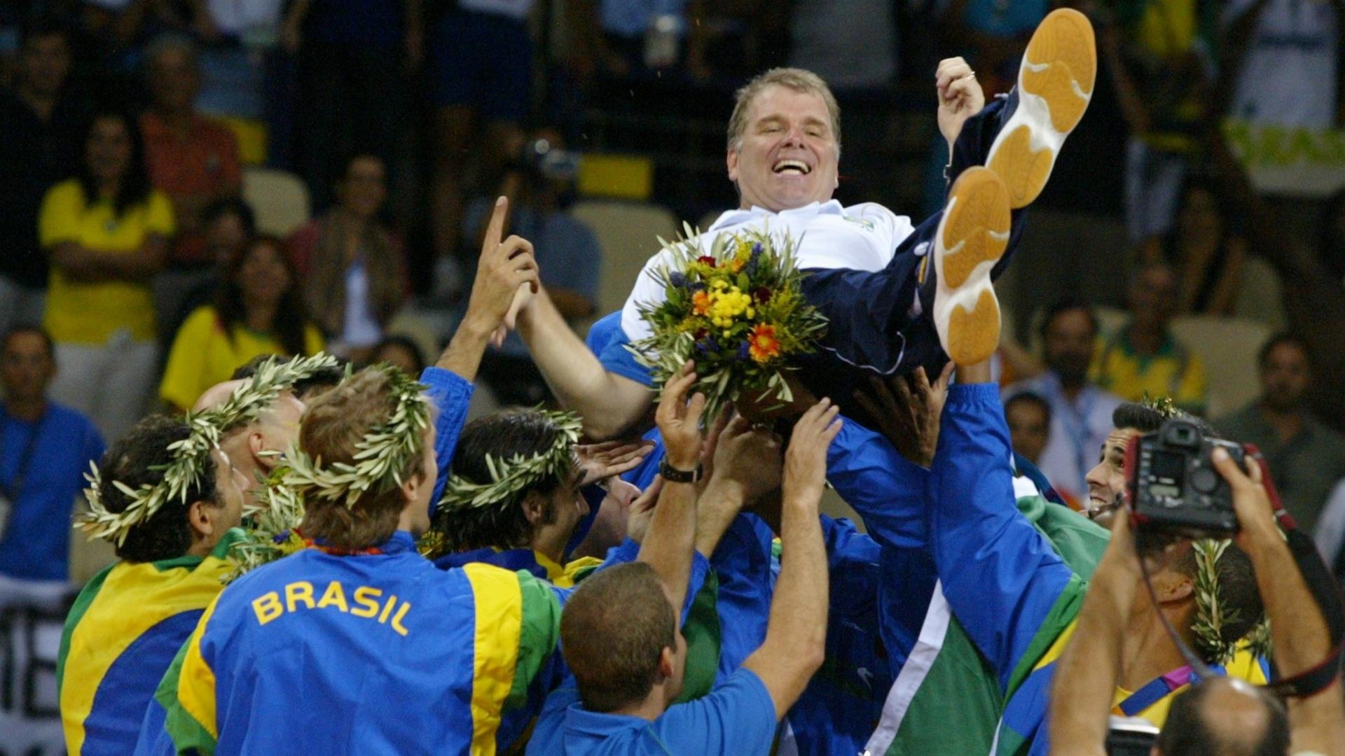 Bernardinho é ovacionado pelos jogadores após a conquista da medalha de ouro no vôlei em Atenas-2004