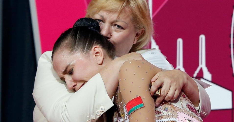 Bielorrussa Liubou Charkashyna chora ao ver sua nota e ficar com a medalha de bronze na ginástica rítmica