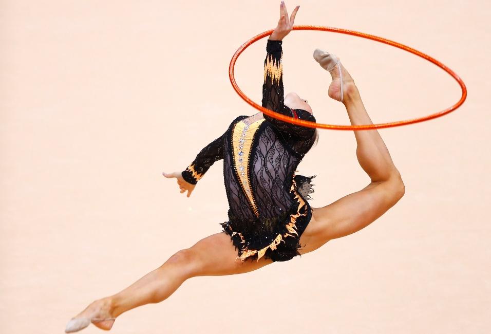 Bielorrussa Liubou Charkashyna se apresenta com o arco na final individual geral da ginástica rítmica