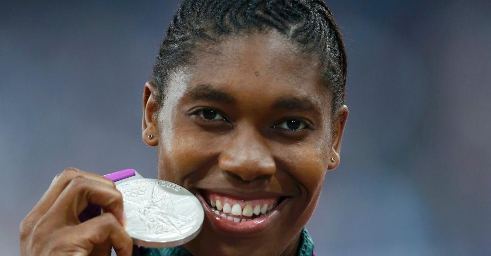 Caster Semenya, da África do Sul, exibe medalha de prata conquistada nos 800 m rasos em Londres
