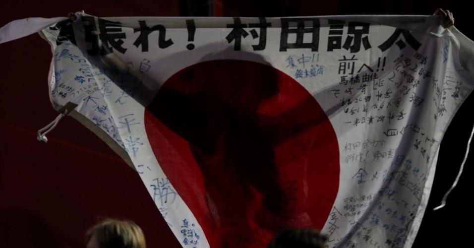Com a bandeira do Japão, Ryota Murata comemora a vitória sobre Esquiva Falcão na final da categoria até 75 kg
