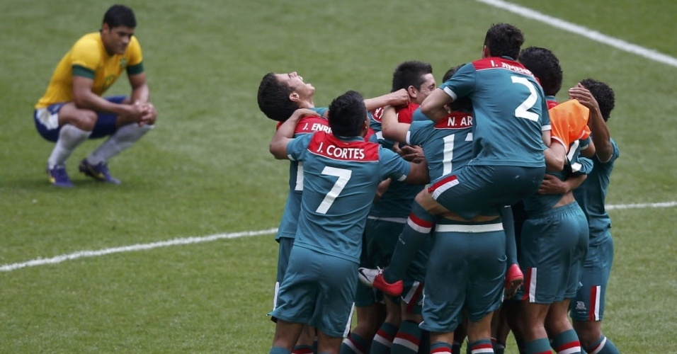 Com Hulk ao fundo, jogadores do México comemoram a vitória sobre o Brasil na final dos Jogos Olímpicos de Londres