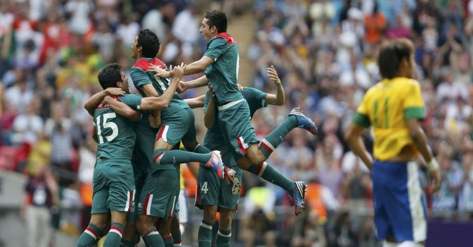 Com Neymar em segundo plano, atletas mexicanos comemorar título olímpico