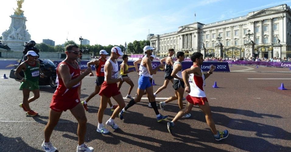 Corredores passam pelo Palácio de Buckingham durante os 50 km da marcha atlética
