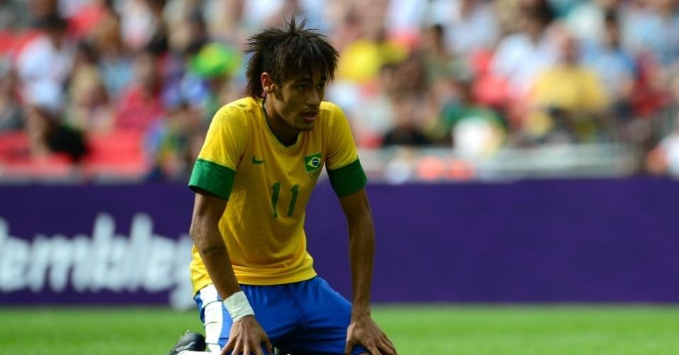 De joelhos, Neymar lamenta derrota para o México na final dos Jogos Olímpicos de Londres