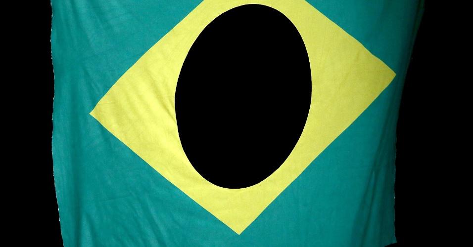 Destaque curioso da bandeira do Brasil na premiação do boxe; Esquiva Falcão ficou com a medalha de prata na categoria até 75 kg