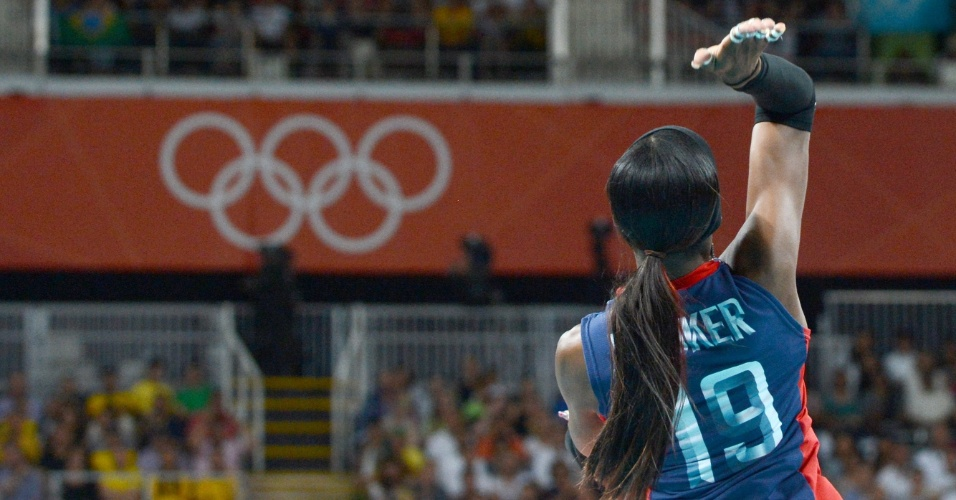 Destinee Hooker, oposto doss EUA, durante saque na partida contra o Brasil pela final do vôlei feminino