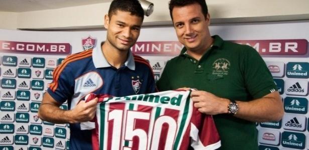 Zagueiro Gum recebe camisa comemorativa por seus 150 jogos pelo Flu