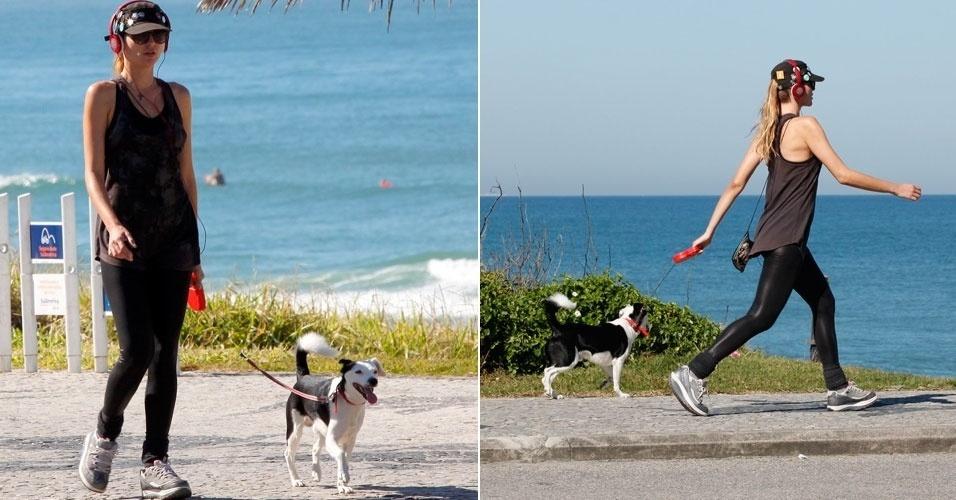 Ellen Jabour passeia com seu cãozinho Pluft na orla da Barra da Tijuca, no Rio de Janeiro (10/8/12)