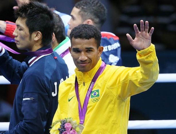 Esquiva Falcão acena para o público do pódio após receber a medalha de prata inédita no boxe
