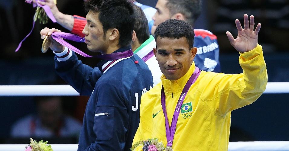 Esquiva Falcão acena para o público do pódio após receber a medalha de prata da categoria até 75 kg do boxe dos Jogos de Londres