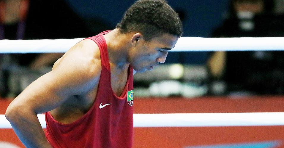 Esquiva Falcão caminha pelo ringue após a derrota para o japonês Ryota Murata na categoria até 75 kg