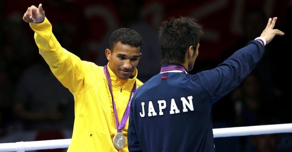 Esquiva Falcão comemora a prata, enquanto o japonês Ryota Murata celebra o ouro na categoria até 75 kg em Londres