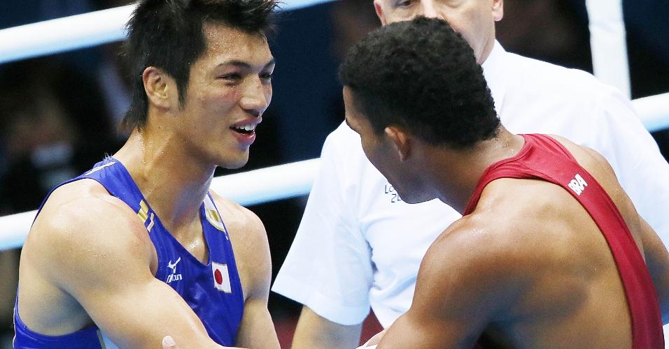 Esquiva Falcão cumprimenta o japonês Ryota Murata após a derrota na final da categoria até 75 kg