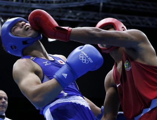Esquiva, de vermelho, acerta um golpe de esquerda no rosto do japonês Ryota Murata na final olímpica