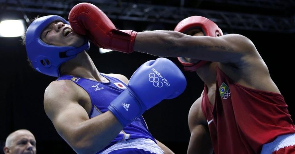 Esquiva Falcão, de vermelho, acerta um golpe de esquerda no rosto do japonês Ryota Murata na final da categoria até 75 kg nos Jogos de Londres