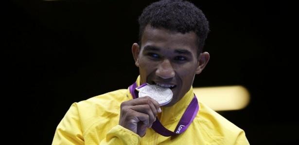 Esquiva Falcão morde a medalha de prata após derrota para o japonês Ryota Murata na categoria até 75 kg