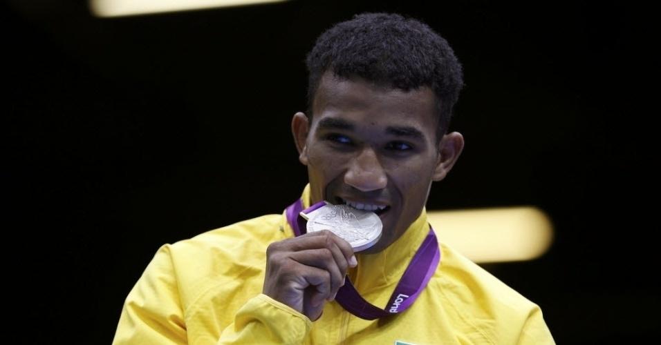 Esquiva Falcão morde a medalha de prata conquistada após derrota para o japonês Ryota Murata pela categoria até 75 kg dos Jogos de Londres