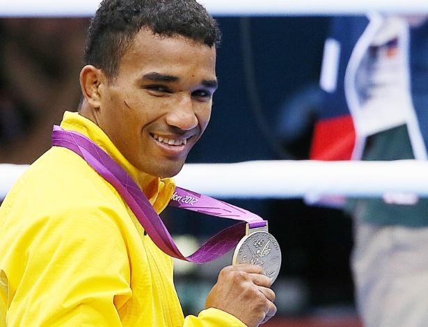 Esquiva Falcão mostra a medalha de prata após derrota para o japonês Ryota Murata em Londres