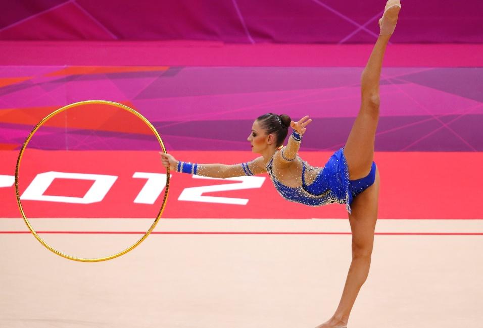 Campeã, a russa Evgeniya Kanaeva iniciou sua apresentação na final deste sábado com a série de arco