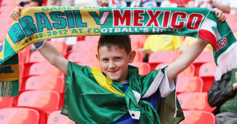 Garoto exibe faixa com as cores de Brasil e México antes da partida que decidirá Jogos Olímpicos de Londres