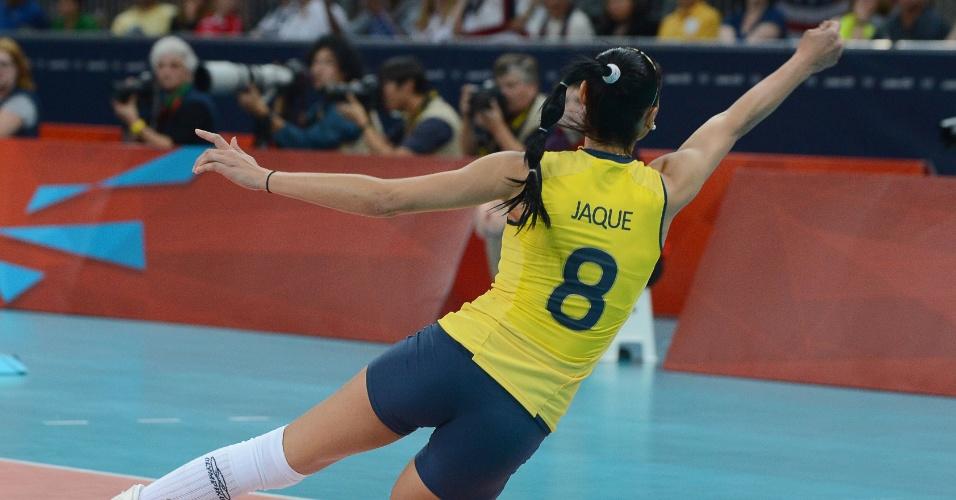 Jaqueline tenta a defesa na final do vôlei feminino contra os EUA neste sábado (11/08)