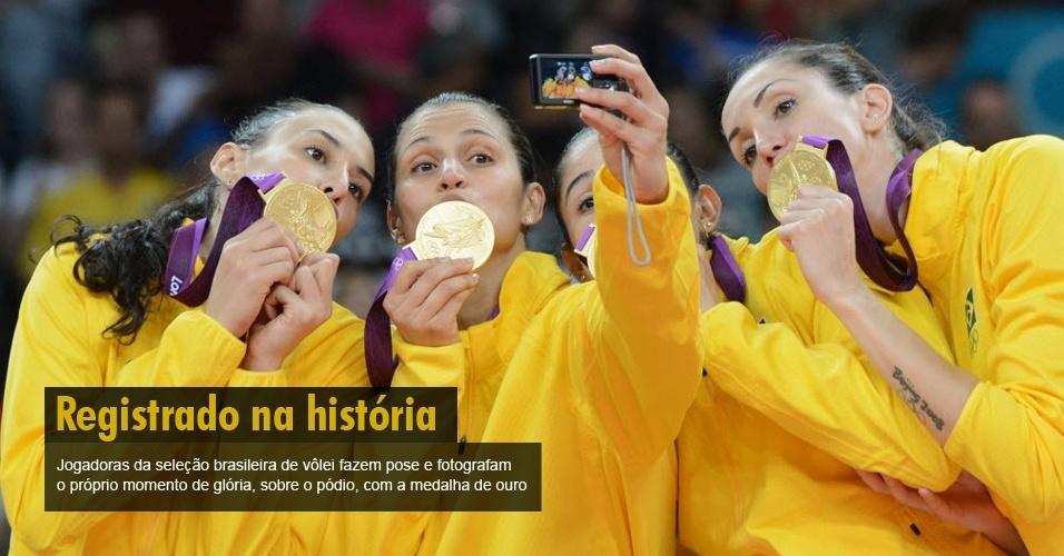 Jogadoras da seleção brasileira de vôlei fazem pose e fotografam o próprio momento de glória, sobre o pódio, com a medalha de ouro