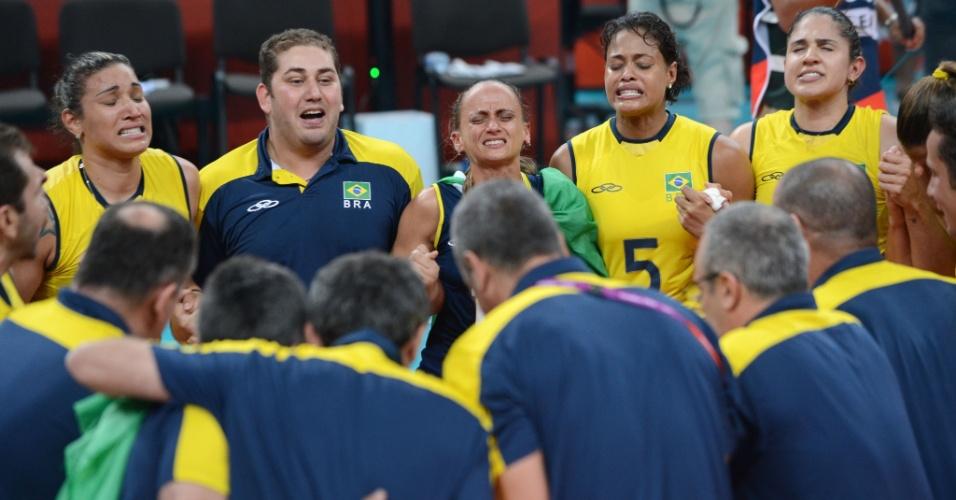 Jogadoras da seleção brasileiras de vôlei choram durante prece na comemoração da medalha de ouro