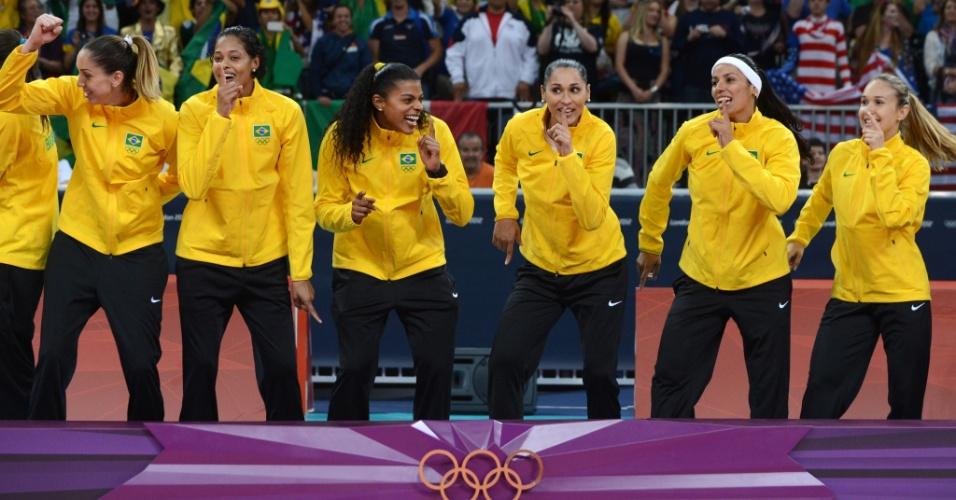 Jogadoras da seleção de vôlei do Brasil dançam no pódio antes de receber medalha de ouro