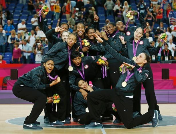 Jogadoras da seleção dos EUA de basquete comemoram ouro, incluindo o gesto do raio de Usain Bolt