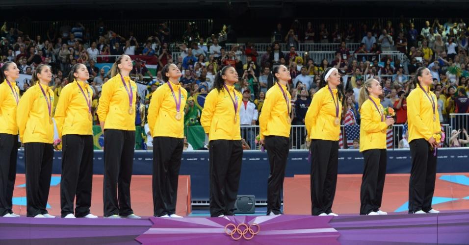 Jogadoras do Brasil cantam o hino nacional no lugar mais alto do pódio em Londres