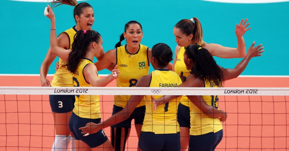 Jogadoras do Brasil comemoram após vencerem o segundo set contra os EUA na final do vôlei em Londres