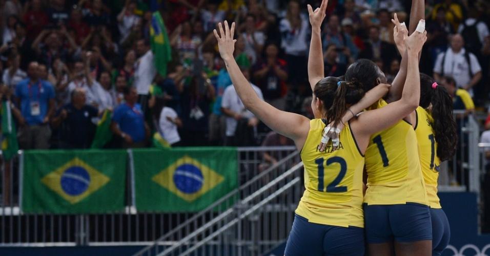Jogadoras do Brasil comemoram vitória sobre os EUA no lugar dedicado ao juiz