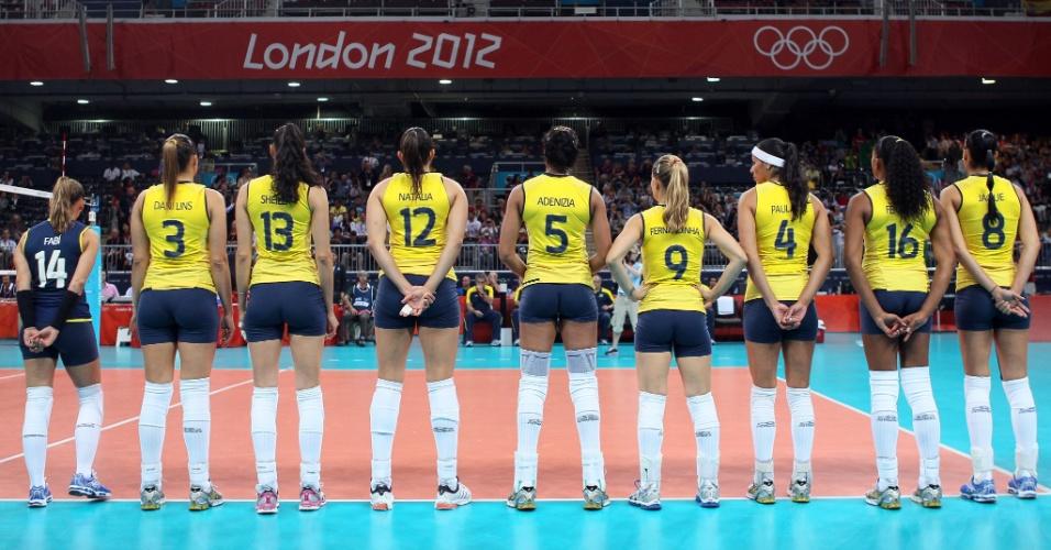 Jogadoras do Brasil se preparam para entrar em quadra na final do vôlei feminino contra os Estados Unidos
