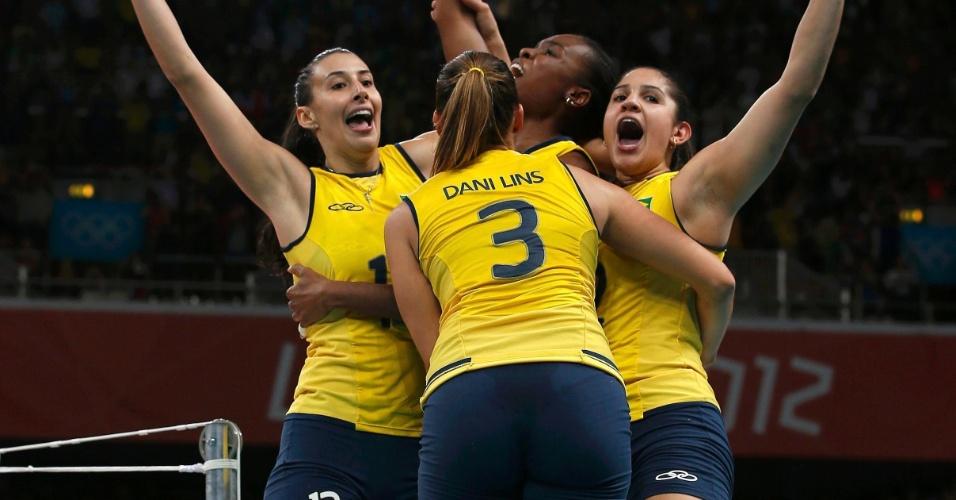 Jogadoras do Brasil sobem no espaço reservado ao juiz na comemoração da conquista da medalha de ouroREUTERS/Marcelo Del Pozo