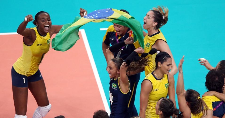 Jogadoras do time de vôlei do Brasil comemoram medalha de ouro conquistada neste sábado (11/08)