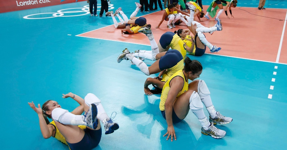 Jogadoras do vôlei Brasil comemoram medalha de ouro em Londres com cambalhota