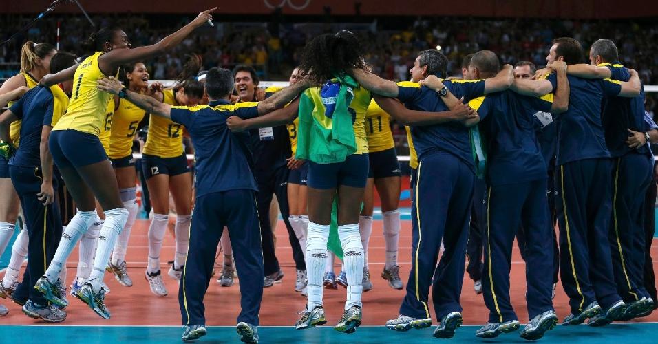 Jogadoras e comissão técnica do Brasil comemoram a medalha de ouro conquistada contra os EUA