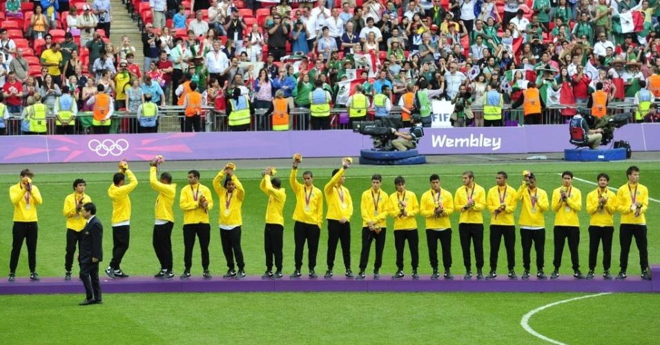 Jogadores brasileiros saudam torcedores após receberem medalhas de prata