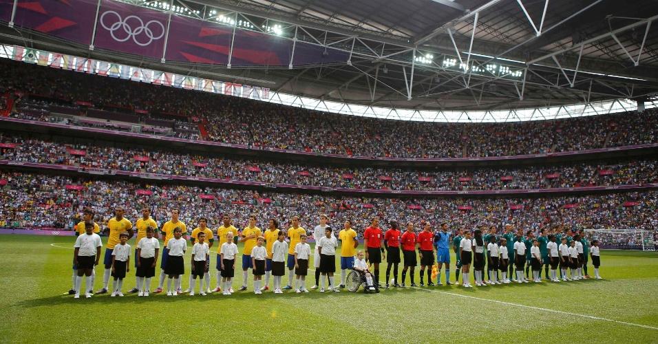 Jogadores de Brasil e México se posicionam durante execução dos hinos nacionais