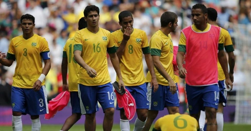 Jogadores do Brasil caminham após a derrota para o México na final dos Jogos Olímpicos de Londres por 2 a 1