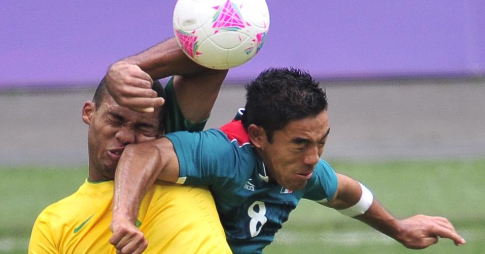 Juan disputa bola pelo alto com atleta mexicano e sai com um cotovelo em seu rosto
