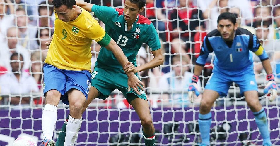Leandro Damião domina a bola na área mexicana tentando empatar o jogo para o Brasil