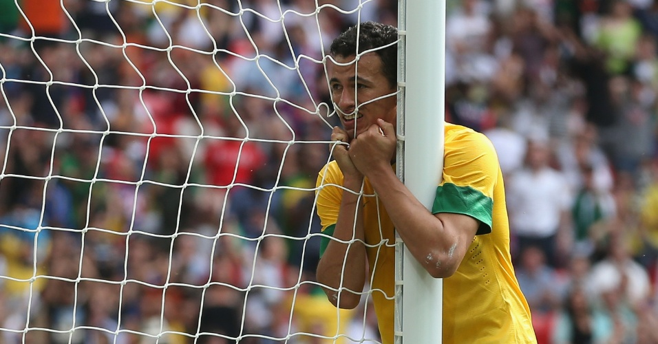Leandro Damião lamenta chance perdida durante partida contra o México