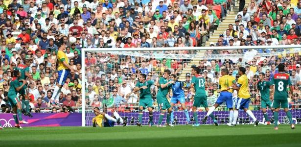 Leandro Damião sobe para cabecear, mas erra o alvo em jogo decisivo contra o México