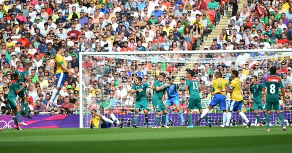 Leandro Damião sobe para cabecear, mas erra o alvo em jogo contra o México em Londres