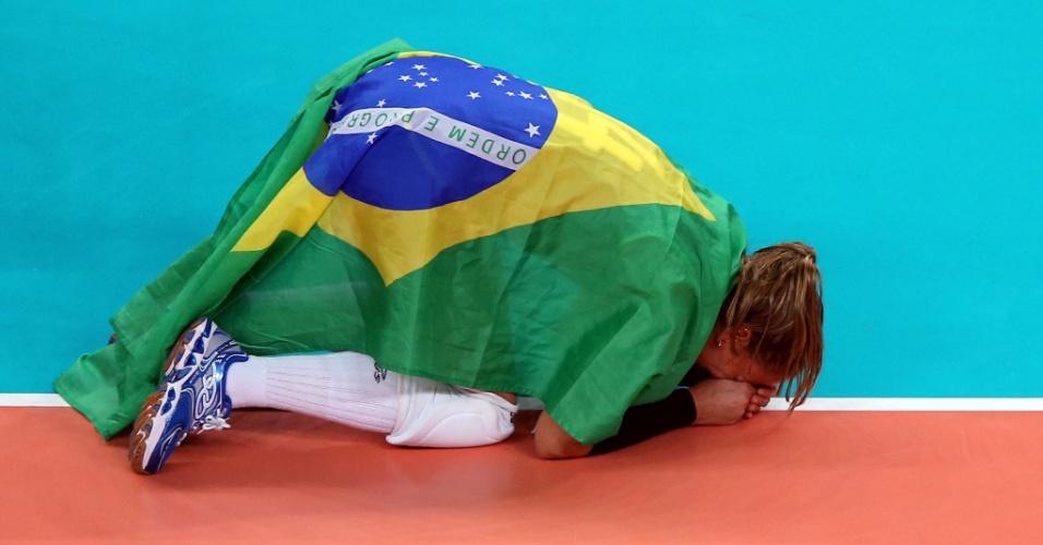 Líbero Fabiana chora na conquista do bicampeonato olímpico em Londres
