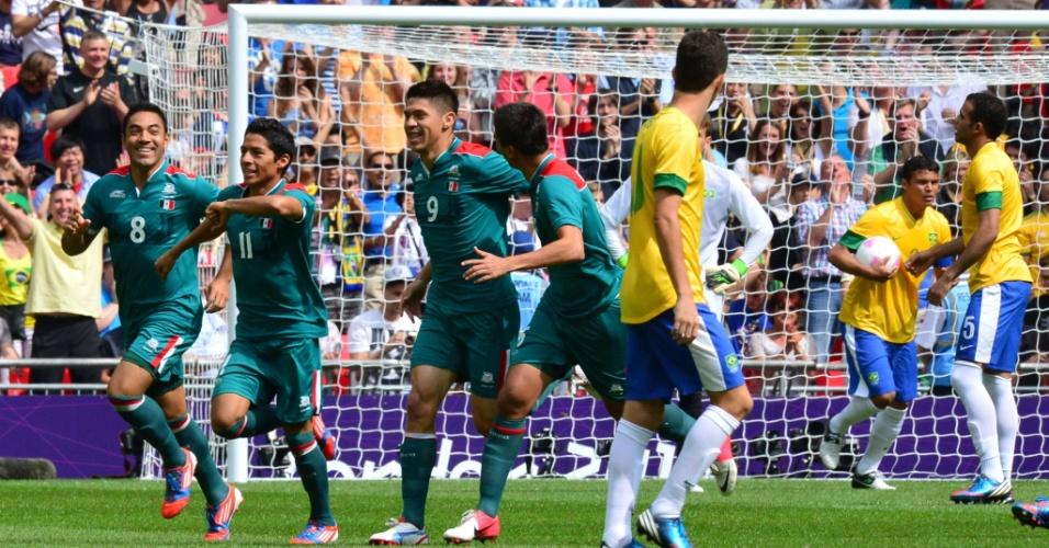 Mexicanos comemoram gol de Peralta sobre o Brasil com menos de um minuto de jogo