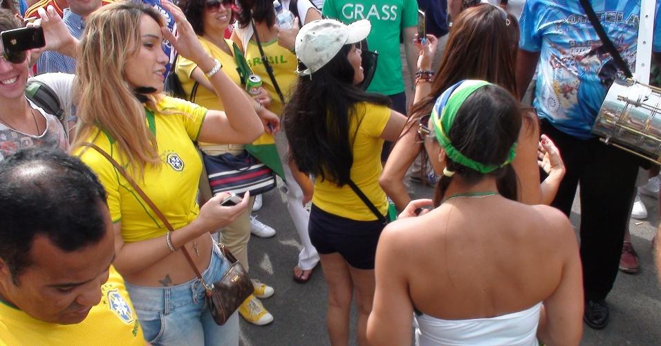 Mexicanos e brasileiros fazem festa em volta do estádio de Wembley antes de final do futebol masculino