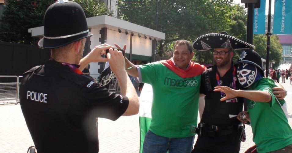 Mexicanos pedem para policial britânico tirar foto antes do jogo contra o Brasil pela final do futebol masculino